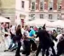 GUERRILLA – Cash Mob: Quando una pioggia di pounds mobilita le folle