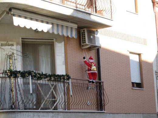 La mania dei Babbo Natale da terrazzo - Il mondo tende davvero verso il meglio?