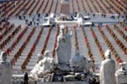 Trash People presentata da Ha Schult a Piazza del Popolo a Roma