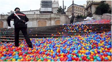 Dal rosso alla quadricomia: Piazza di Spagna si colora!