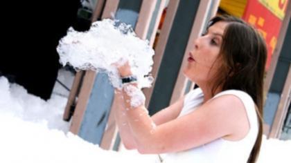 Sony 'bath foam campaign' - Miami come la Venere nascente dalla spuma