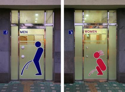 Ti scappa la pipì? Nei locali più creativi la toilet si indica così…