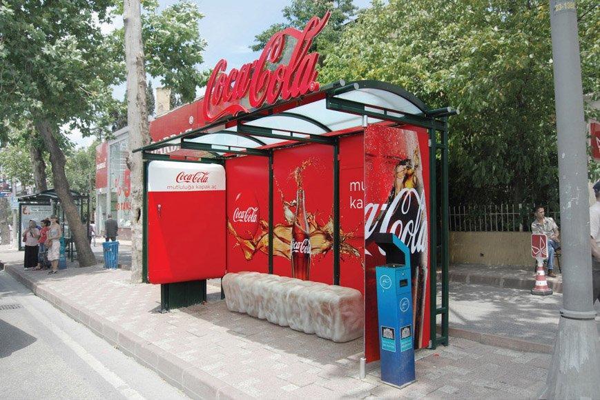 Coca Cola e un frigo alla fermata dell'autobus