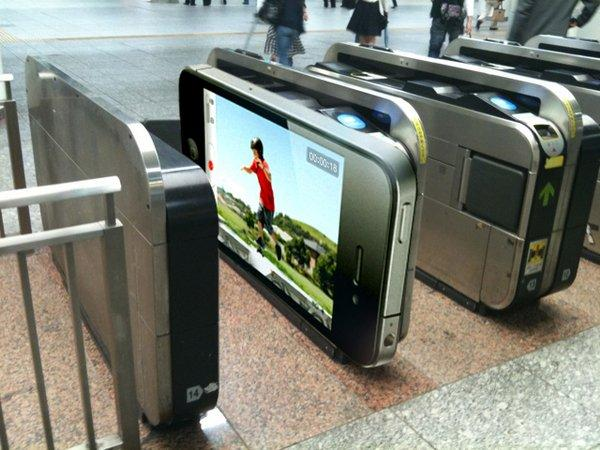 Ambient Marketing gigante per iPhone 4 nella metrò di Tokio