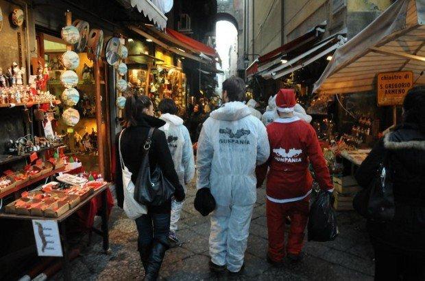 Dalla Lapponia alla Gunpania: Babbo Natale a Napoli ricicla la monnezza [GUERRILLA]