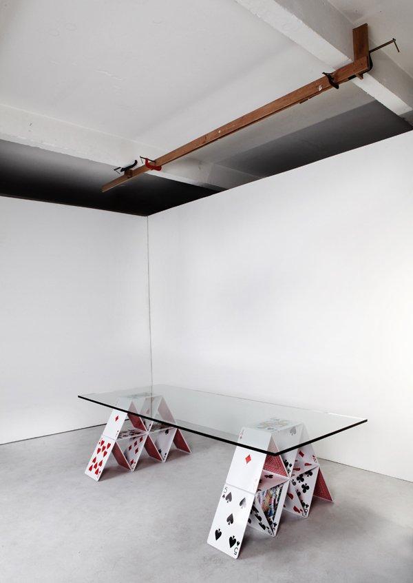 Il tavolo sorretto dalle carte da gioco. Il sogno diventa realtà!