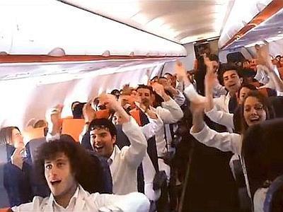 Il primo flash mob ad alta quota in Italia: sul volo Roma-Milano cantano gli angeli!