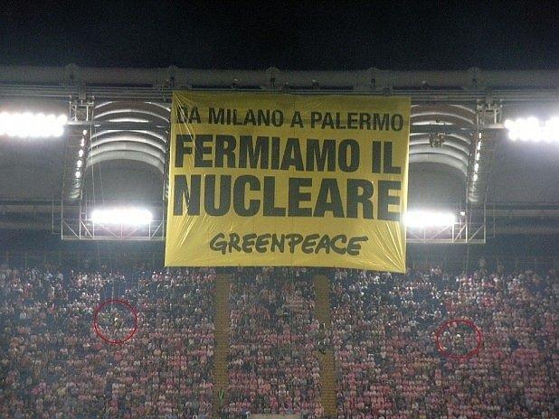 Blitz anti-nucleare di Greenpeace alla finale di Coppa Italia [GUERRILLA]