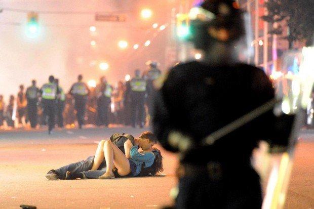 Il bacio di Vancouver, la foto virale che sta emozionando il mondo