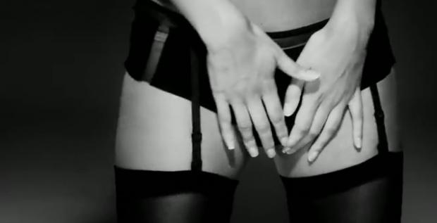Rhian si tocca, il video shock dedicato agli uomini [VIDEO]