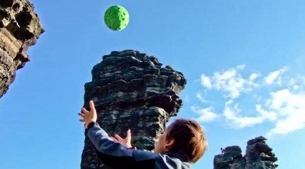 Questa fotocamera è una palla. Si lancia in aria per foto panoramiche!