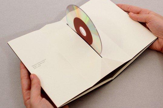 Le custodie dei DVD diventano sorprendenti sculture di carta