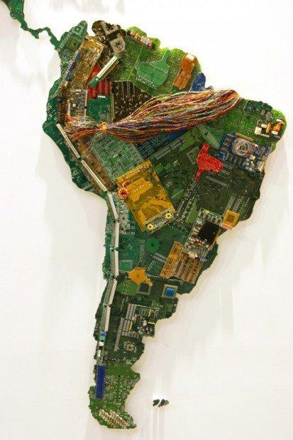 Una world map fatta di circuiti riciclati
