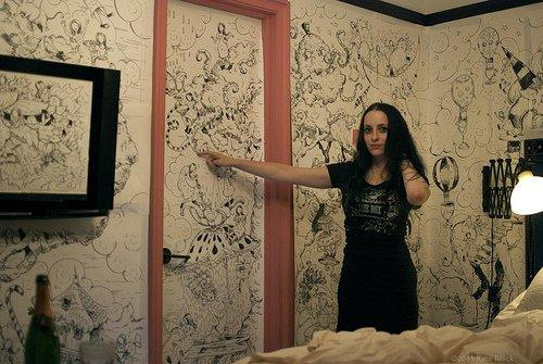 Week in Hell: 5 giorni di disegni sulle pareti della suite