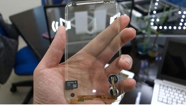 Lo smartphone trasparente: creatività e innovazione nel telefono del futuro