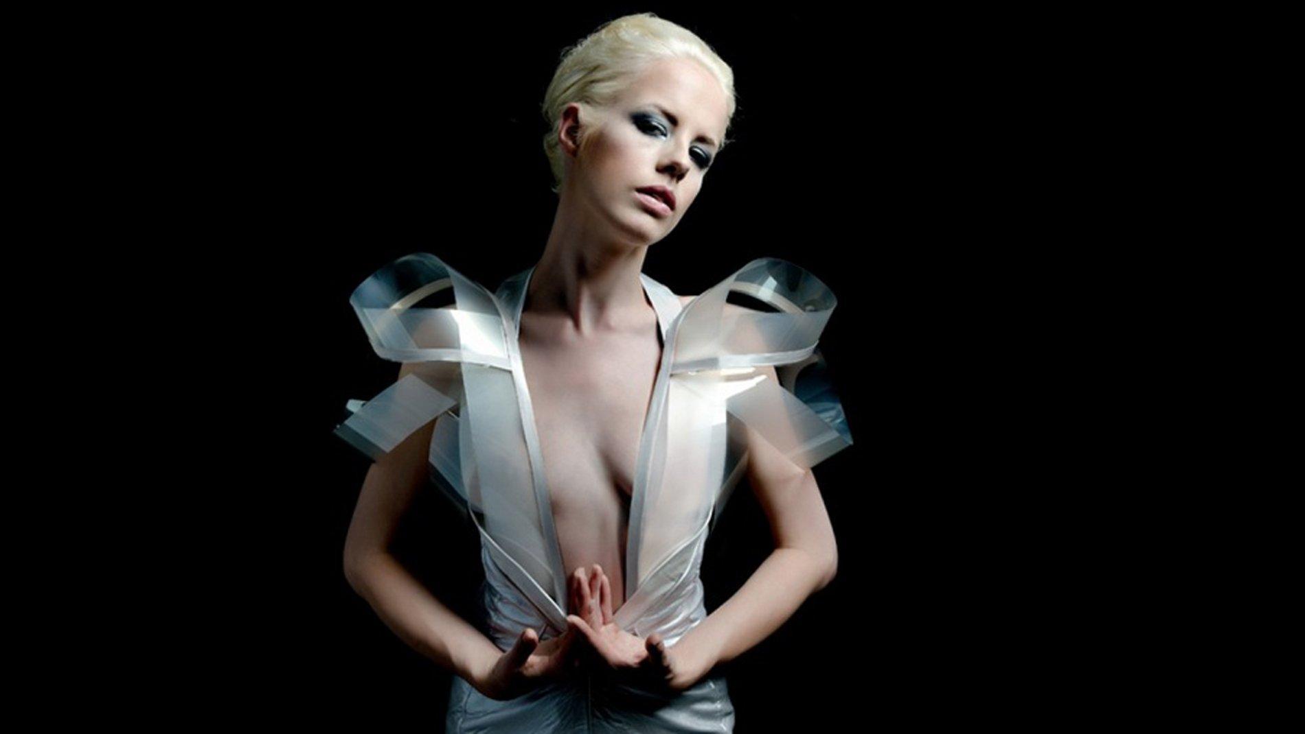 Ti emozioni? Il vestito diventa trasparente!