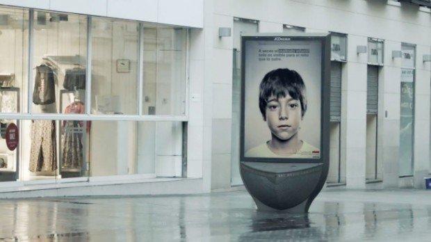 Il billboard contro l'abuso dei minori mostra un messaggio diverso ad adulti e bambini