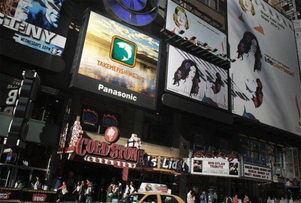 TakemeFishing.org: l'annuncio a Times Square contro le altre pubblicità