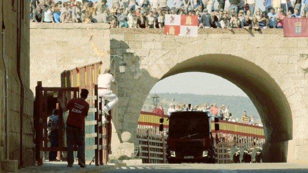 Il nuovo folle spot Volvo: il camion inseguito dai tori
