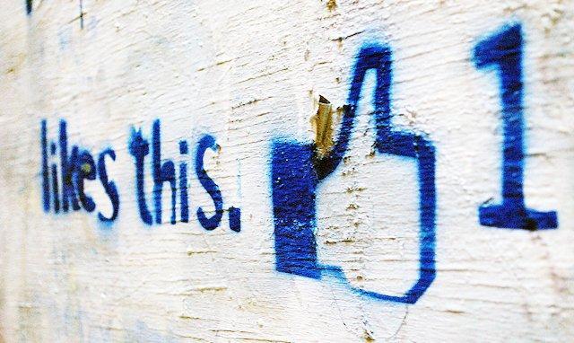 Facebook dice addio alla celebre icona col pollice in su