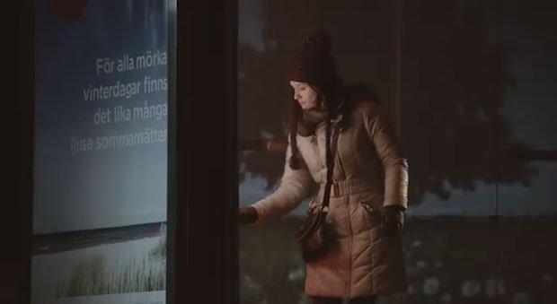 L'ambient Coca Cola porta la felicità alla fermata del bus [VIDEO]