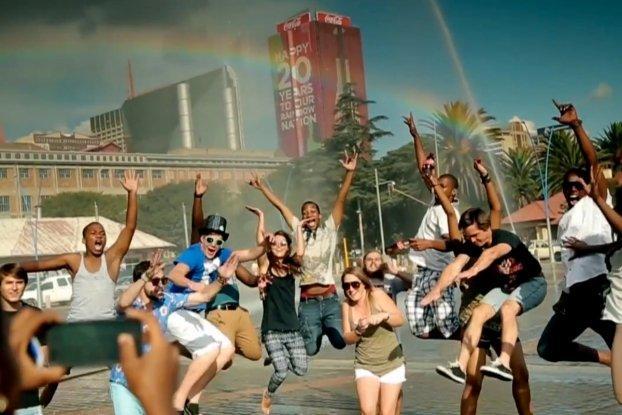 Coca-Cola porta l'arcobaleno in Sud Africa