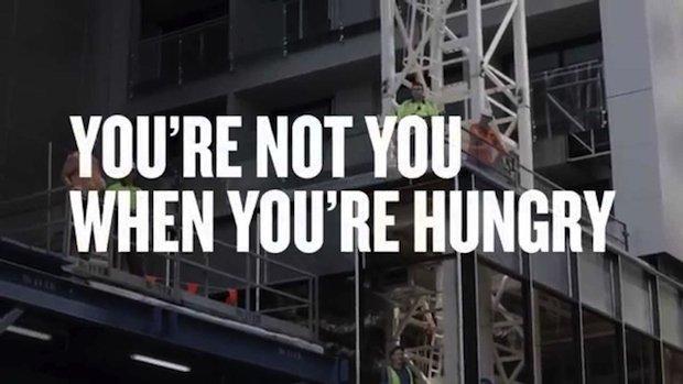 Snickers: gli operai urlano alle donne… per sostenerle! [VIDEO]