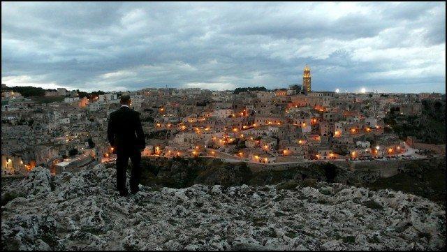 uomo guarda paesaggio urbano