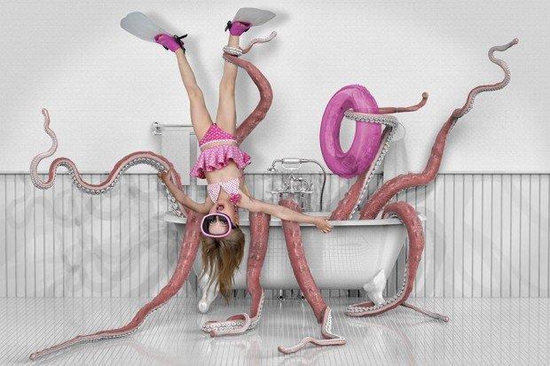 bambina nella vasca da bagno