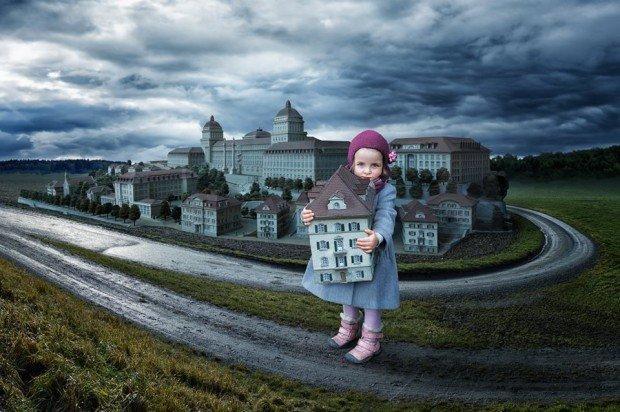 bambina con casa in mano