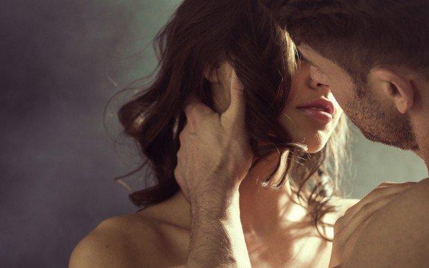 Donna che bacia il suo compagno