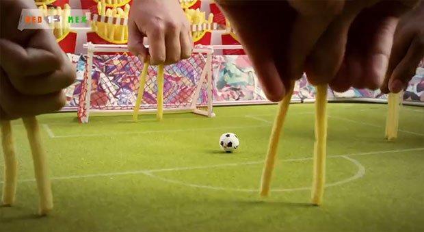 Mondiali di calcio: McDonald's li ricrea usando patatine fritte [VIDEO]