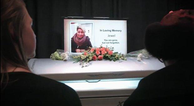 Se una doccia abbronzante si trasforma in un funerale [VIDEO]