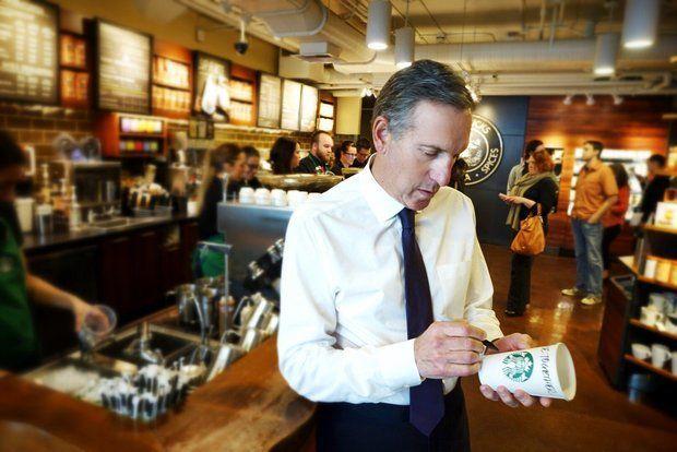 Uomo che scrive su bicchiere di Starbucks