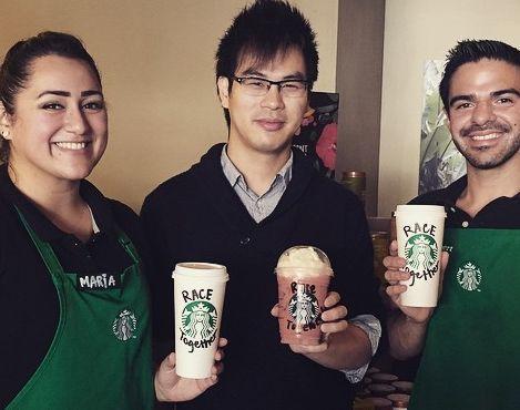 ragazzi che reggono i bicchieri di Starbucks