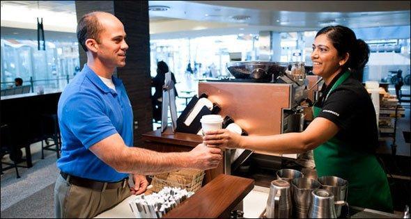 Un signore prende un caffè al banco di Starbucks