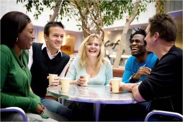 Ragazzi che prendono un caffè ad un tavolo di Starbucks