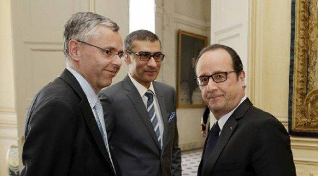 Il CEO di Alcatel-Lucent Michel Combes, il CEO Nokia Rajeev Suri e il presidente Francese Francois Hollande