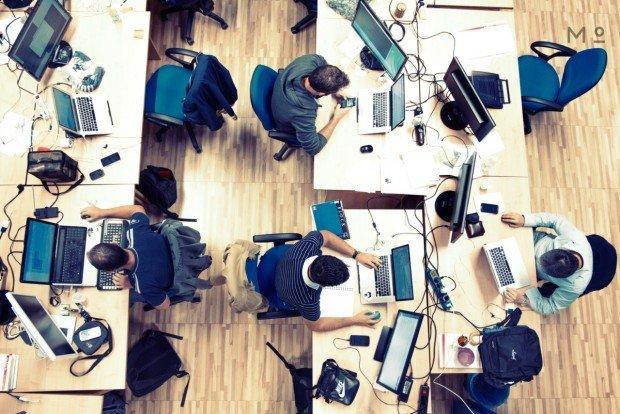spazi di corworking con persone al lavoro