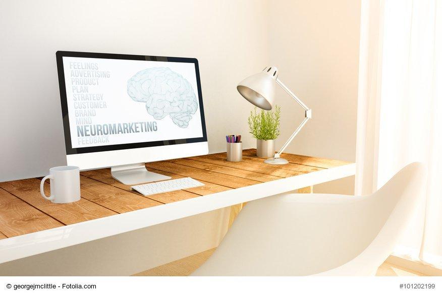 scrivania con computer desktop