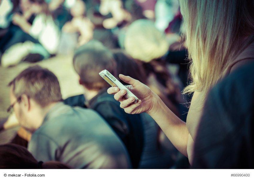 Smartphone-Nutzerin in der ffentlichkeit