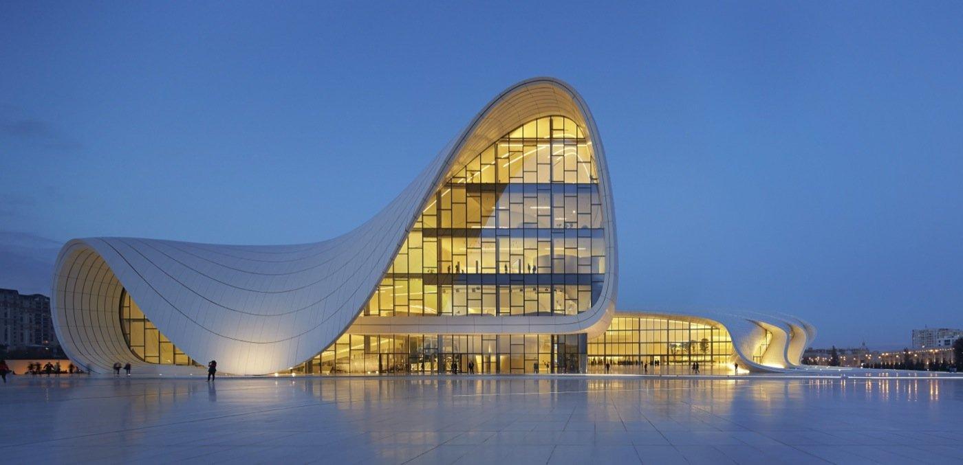 Heydar Aliyec Cultural Center di Baku, Azerbaijan. Per questo progetto Zaha Hadid ha vinto il London Design Museum's Design of the Year 2014
