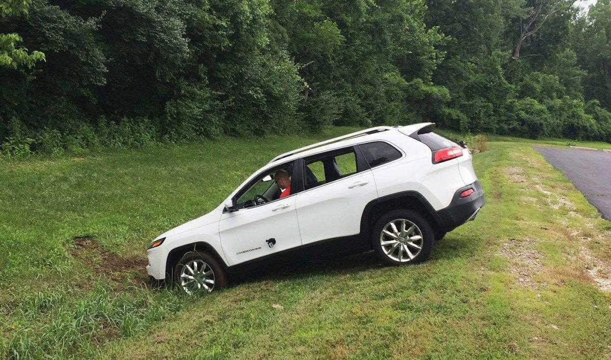 La Jeep finisce fuori strada dopo che i suoi freni sono stati disabilitati mediante una connessione remota