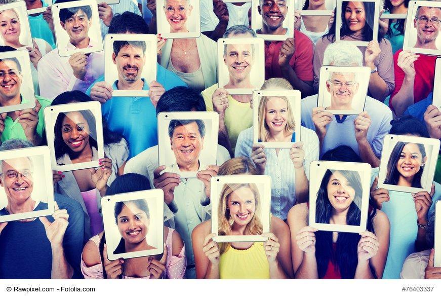 gruppo di persone che si nascondono dietro una foto