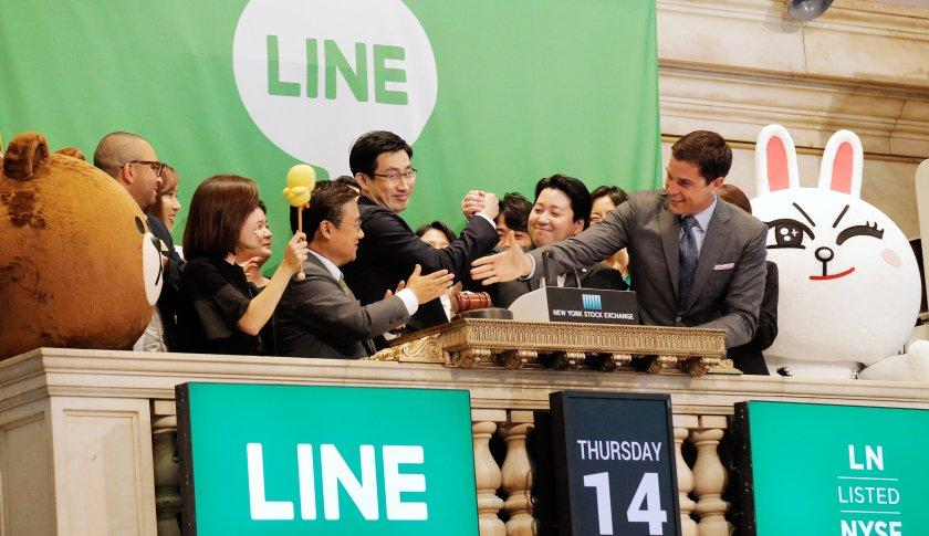 NYSE president Tom Farley (R) congratulates Japan's Line Corp. CFO In Joon Hwang (2nd L) and Chief Global Officer Jungho Shin (middle) and Chief Strategy and Marketing Officer Jun Masuda (2nd R) during the company's IPO on the floor of the New York Stock Exchange (NYSE) in New York City, New York, U.S. July 14, 2016. REUTERS/Brendan McDermid - RTSHWUZ
