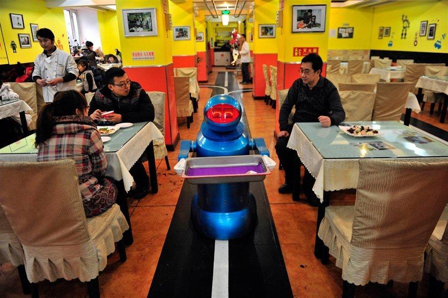 Un robot cameriere al Pizza Hut di Shangai