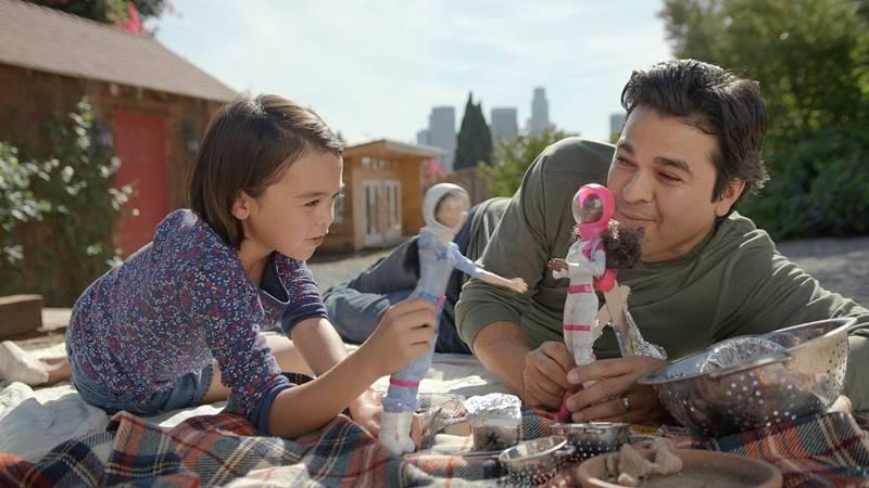 spot di Barbie, padre che gioca ad astronauta