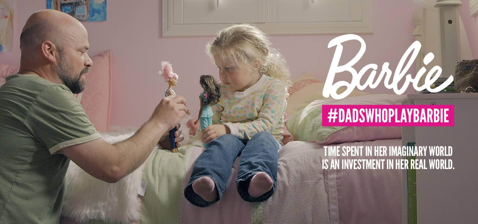 Lo spot di Barbie abbatte gli stereotipi di genere: i papà giocano con le bambole