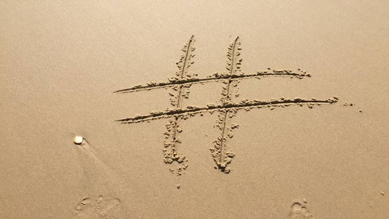 i Social e Google influiscono sul marketing del turismo, hashtag sabbia