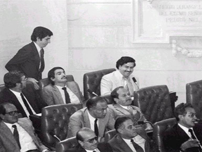 Pablo Escobar in una seduta del congresso colombiano